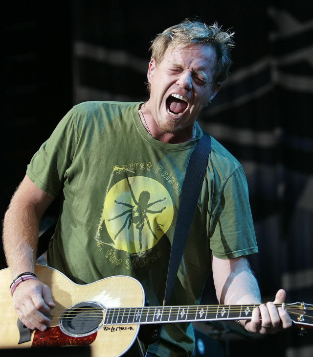 ORG XMIT: NYET424 **  FILE  ** In this Aug. 16, 2006 file photo, Pat Green performs in Nashville, Tenn.  (AP Photo/Mark Humphrey,file)